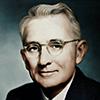 Portrait photo en couleur de Dale Carnegie, écrivain et conférencier